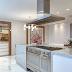 Cozinha com ilha de cocção e refeição com sofá redondo acoplado em quartzito Mustang!