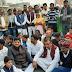 चौराहे पर पूर्व मंत्री के नेतृत्व में सपा कार्यकर्ताओं ने किया धरना प्रदर्शन