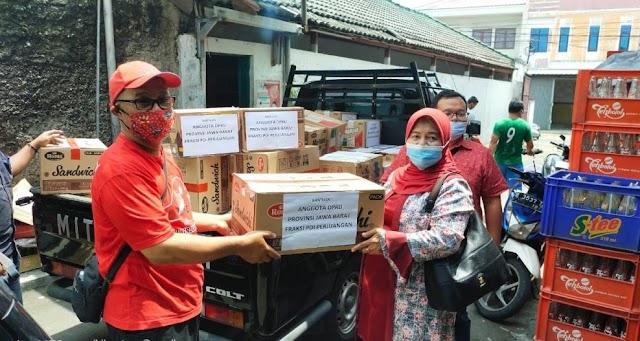 Peduli Banjir Karawang, Anggota DPRD Jabar Hj.Iis Turniasih Berikan Bantuan Logistik