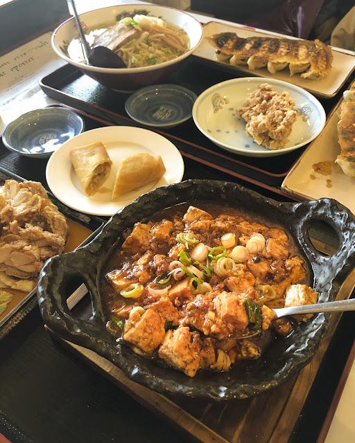 中華料理店。麻婆豆腐は赤い