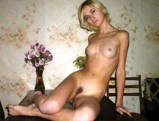 Blonda zveltă acasă