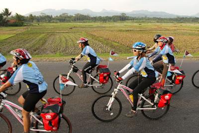 Perempuan Bersepeda