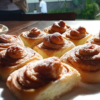 Cinnamon roll bertabur kayu manis dan gula