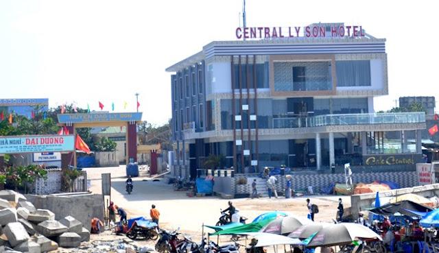 Khách sạn, nhà nghỉ dày đặc dọc bờ biển gần bến cảng Lý Sơn.