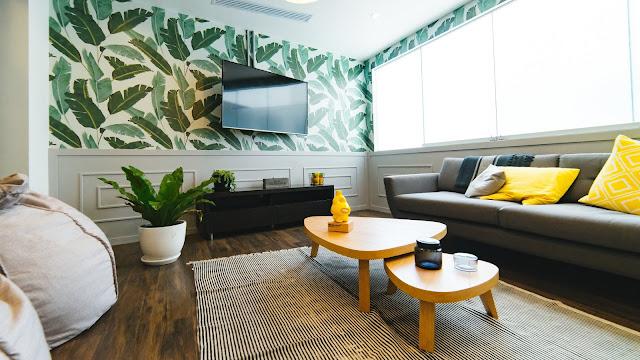salon moderne avec canapé, table basse, tv