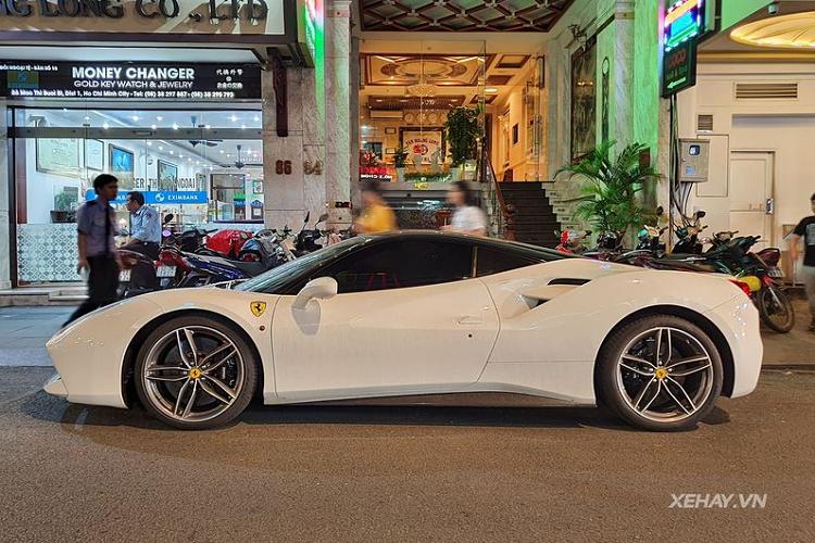 Siêu xe Ferrari 488 GTB trắng hơn 15 tỷ trên phố Sài Gòn