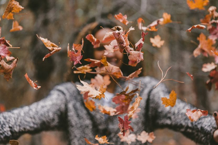 jesen-lišće-djevojka-miholjsko_ljeto-miholjdan