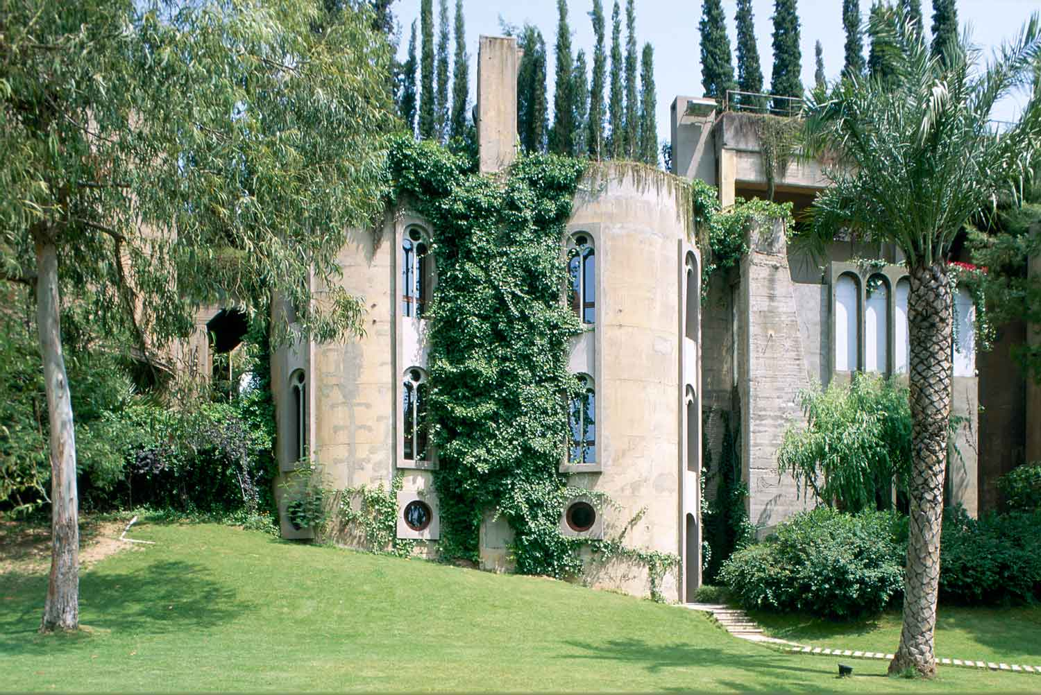 La fabrica by ricardo bofill revista dolcevita - Old cement factory turned home ...