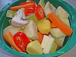 Διάφορα λαχανικα κομμένα σε κομμάτια σε λεκάνη πλαστική ,καρότ,πιπεριάμελιτζάνα πατάτα,κολοκυθάκι