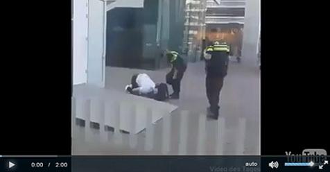 Dianggap Meresahkan, Dua Petugas Ini Coba Pindahkan Pria Yang Sedang Shalat (Video)