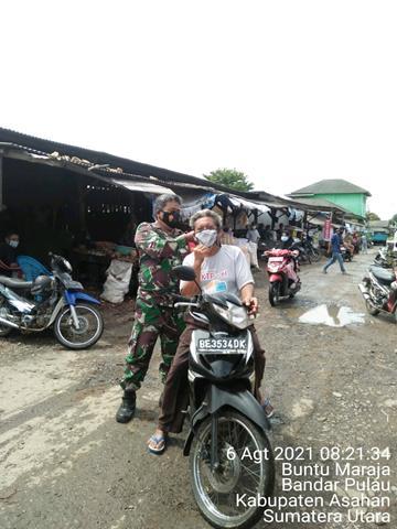 Aksi Kegiatan Pembagian Masker Kepada Masyarakat Dilakukan Personel Jajaran Kodim 0208/Asahan