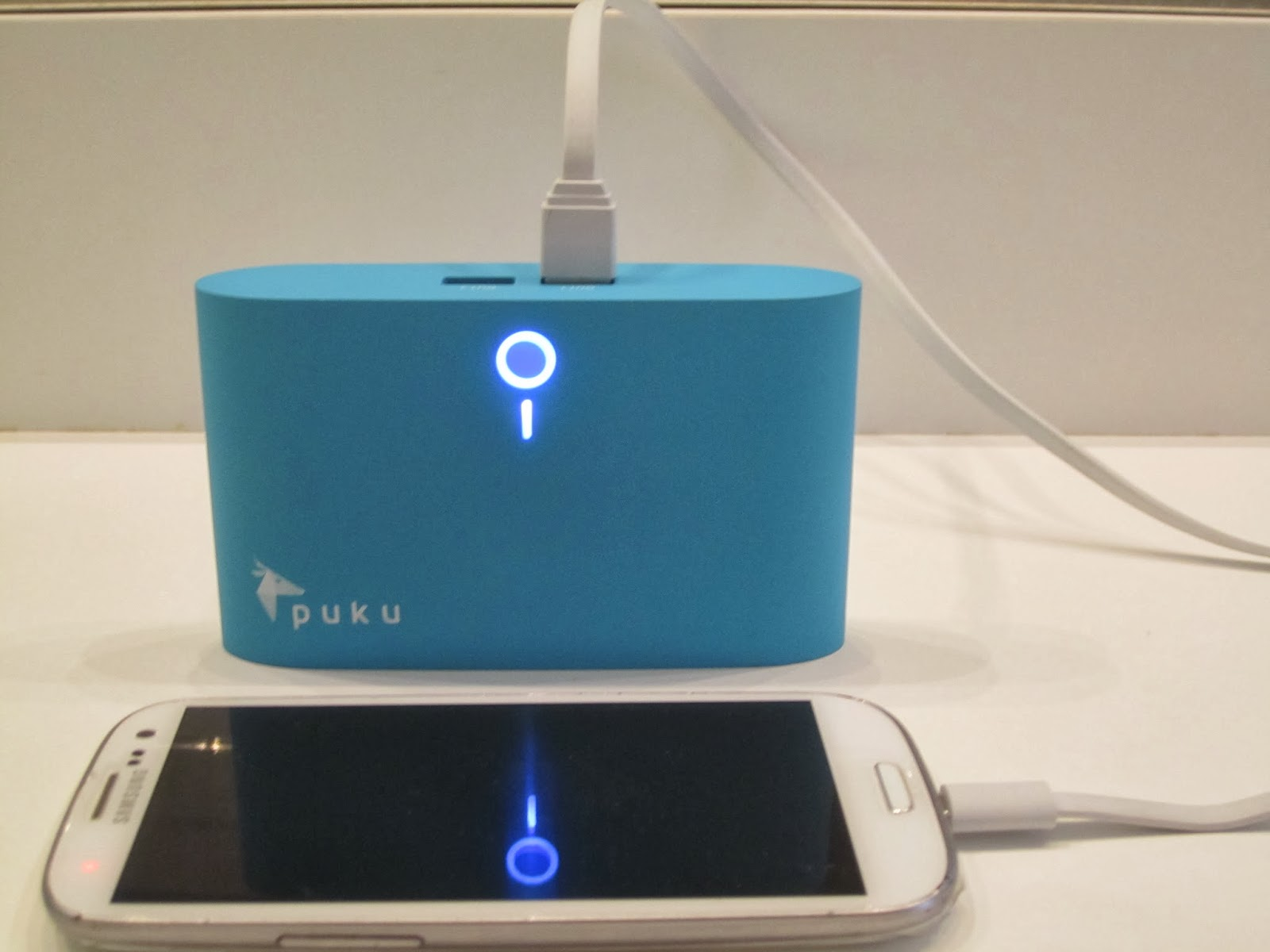 Charging phone with the Puku S8 Charger