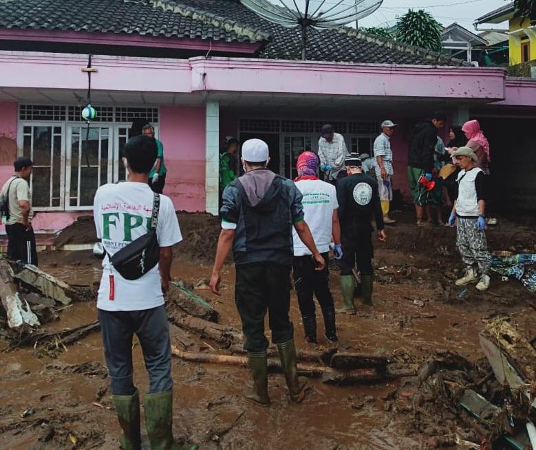Puluhan Relawan FPI Bantu Korban Banjir Bandang di Cicurug Sukabumi