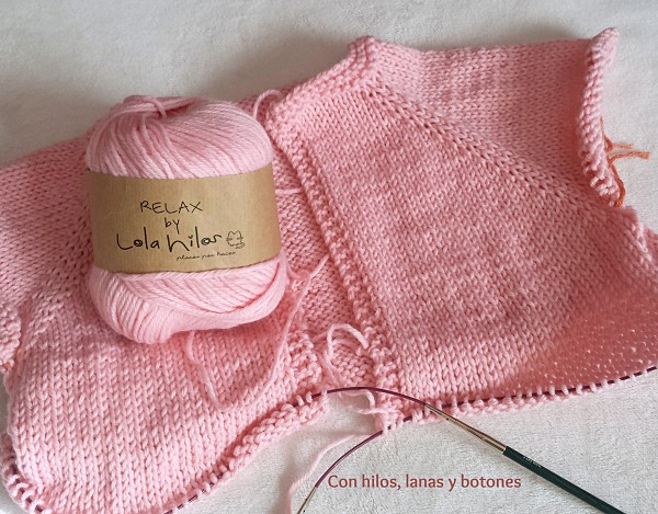 Con hilos, lanas y botones: chaqueta rosa tejida con manga rnaglan