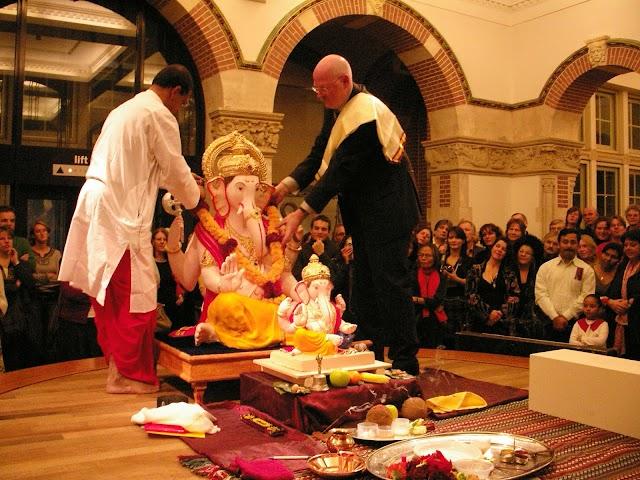 पेणचे गणपती आणि परदेशांतील कार्यशाळा (Ganapati, Indian idol – Popular in Western world)