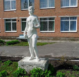 Дібрівка, Миргородський р-н. Школа. Скульптура школярки