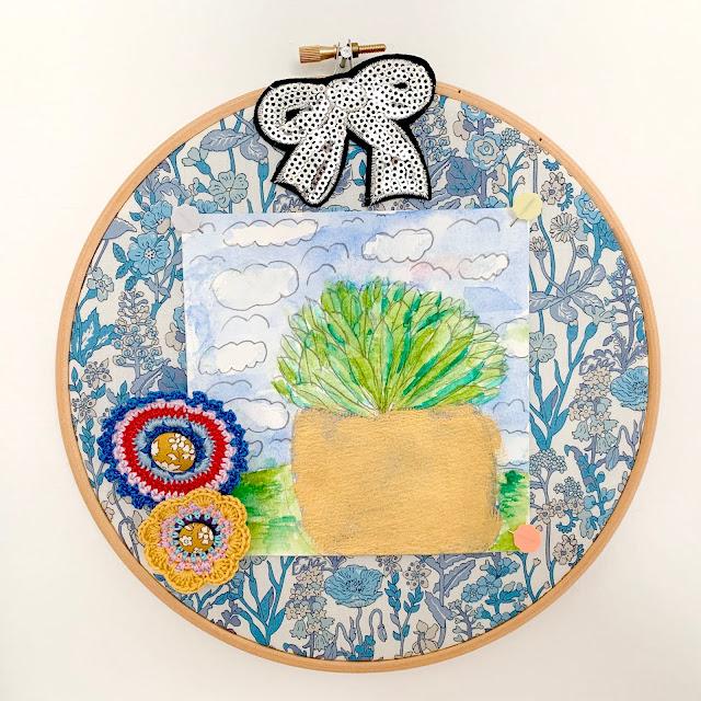 Broderi ramme med Liberty stof - akvarel tegnet af Wilma - Små hæklede rosetter med Liberty stofknapper - Paillet iron sløjfe.
