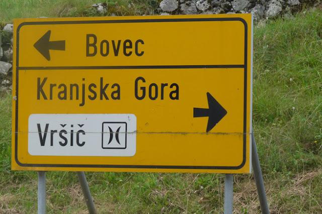 Foto del cartel que indica cómo se va desde Bovec a Kranjsja Gora por el puerto de Vršič. Ruta en autocaravana por Eslovenia | caravaneros.com