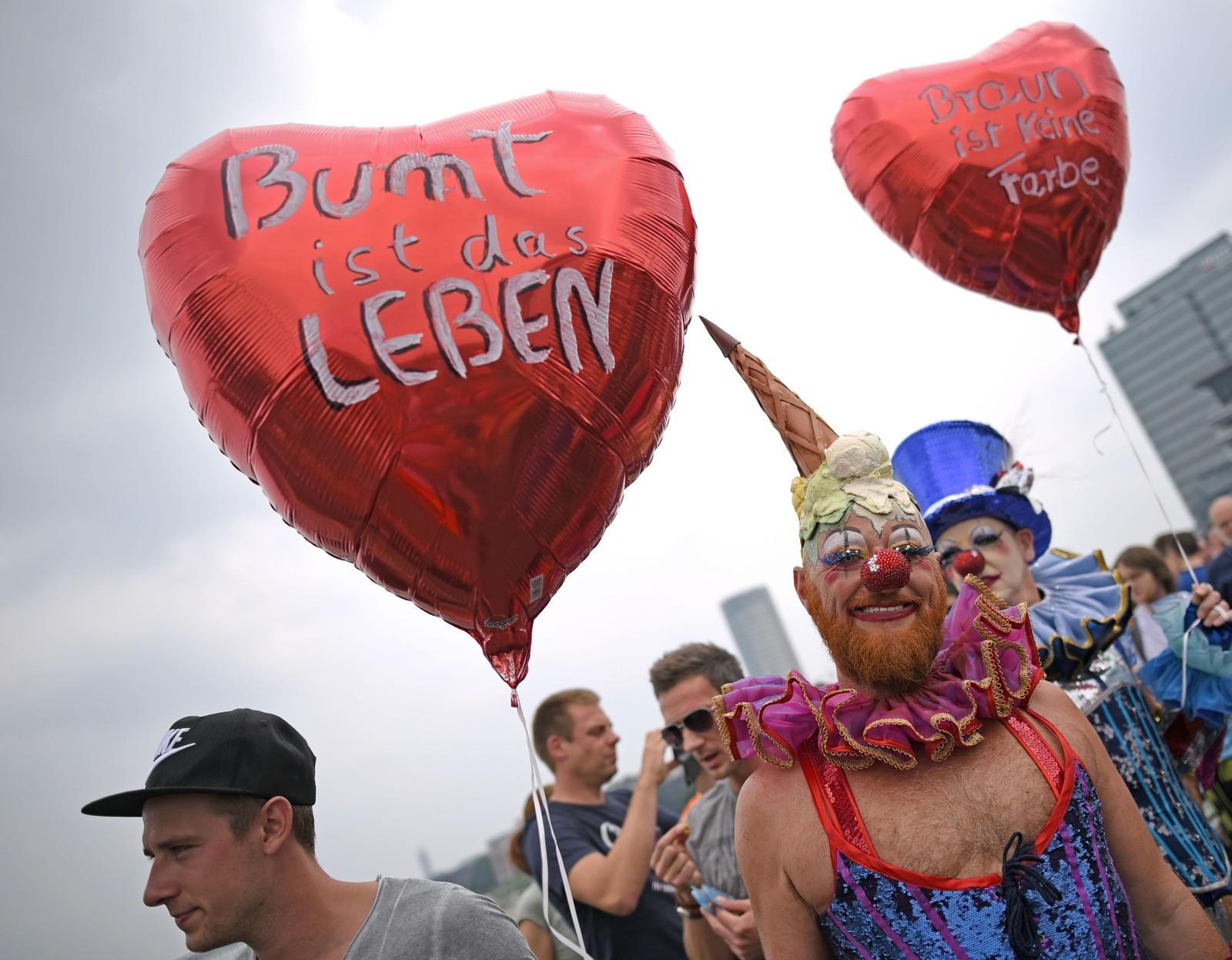 Milhares de pessoas comemoram casamento igualitário na Parada LGBT da Alemanha