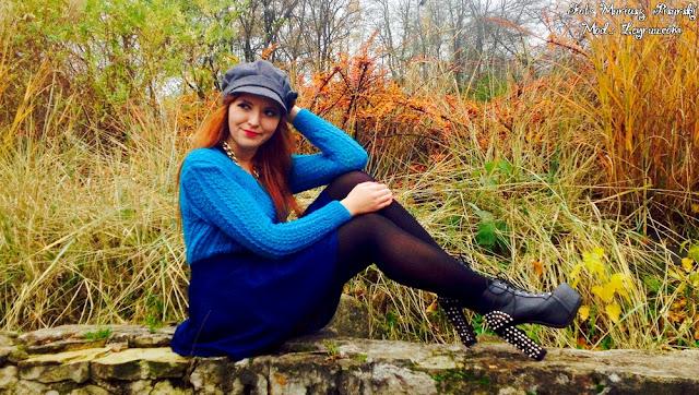 7.11.17 Niebieski brokatowy sweterek, naszyjnik łańcuch złoty gruby, jenasowa mini rozkloszowana spódnica, czarne rajstopy, lity na słupku z ćwiekami, szary kaszkiet, granatowy płaszcz, sesja w parku w Skarżysko-Kamienna