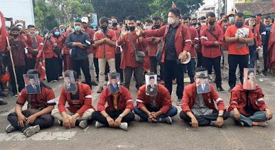 Tolak UU Cipta Kerja, Massa IMM Lampung Sholat Jenazah di Halaman Gedung DPRD Lampung