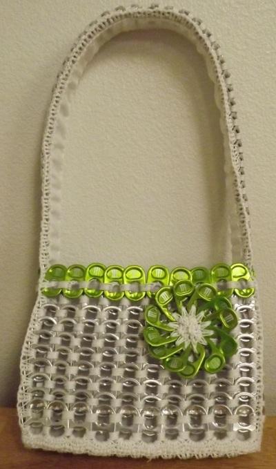 Tas tangan yang terbuat dari sekitar 300 cincin-tarik kaleng soda.