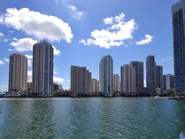 Vista de los rascacielos desde el barco a la salida del puerto