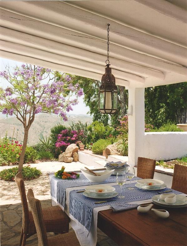 mesa decorada con mantel blanco y camino de mesa azul chicanddeco