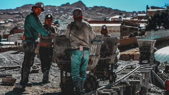 minerador revistado tres vezes dia indenizacao