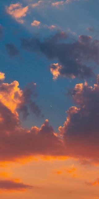Mặt trăng giữa bầu trời hoàng hôn đẹp tuyệt trần