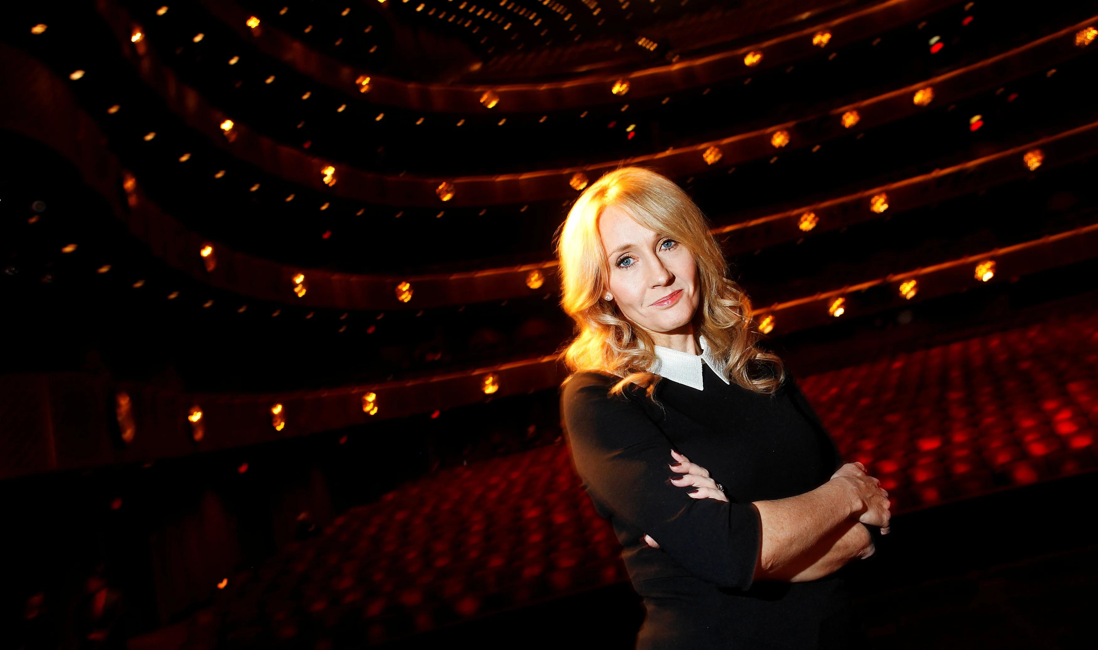 J.K. Rowling volta a ser transfóbica em tweets e gera discussão nas redes