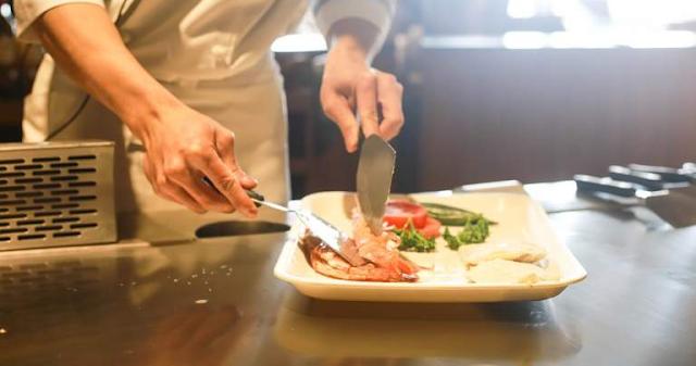 Κέρκυρα: Απείλησαν μαγείρισσα με μαχαίρι για να μην «ξεσηκώνει» τους συναδέλφους της (video)