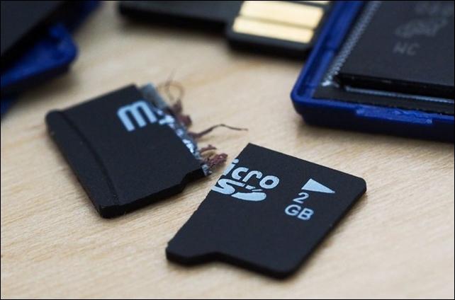 6 أسباب تمنعك من استخدام بطاقة SD مع هواتف أندرويد الحديثة Broken-memory-failure-sd-card-microsd-card-03