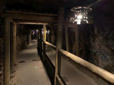 坑道内の通路