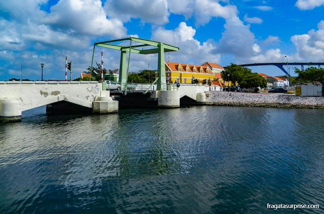 Ponte que dá acesso ao bairro judeu de Scharloo, em Willemstad, Curaçao