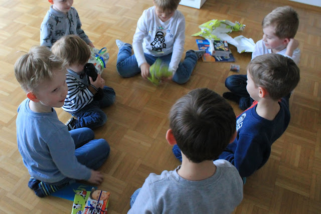 Spielidee Geburtstagstisch Kindergeburtstag Deko LEGO Weltraum Party Jules kleines Freudenhaus