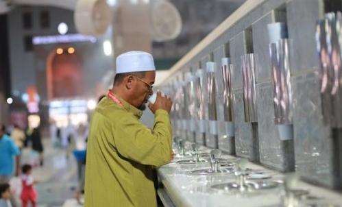 Begini 8 Niat Dan Doa Ulama Saat Minum Air Zamzam