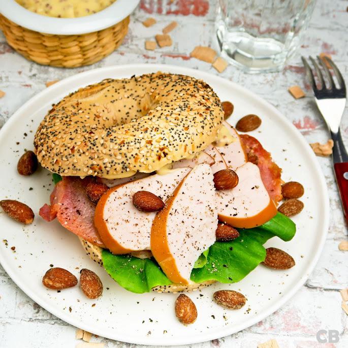 Recept: zo maak je zelf bagels met gerookte kip, rookamandelen en bacon!