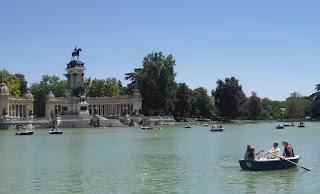 Panorámica del estanque del Retiro, con barcas de remos y al fondo el monumento a Alfonso XII y la arboleda