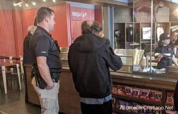 Policía lleva a indigente a restaurante