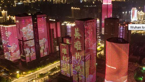 Wuhan merayakan 'pembukaan kembali' pada hari Rabu dengan tampilan lampu tengah malam © Chen Min / Xinhua / Getty Images
