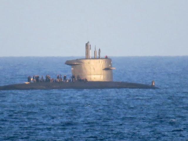 La tripulación de un submarino disfruta de una parrillada en cubierta