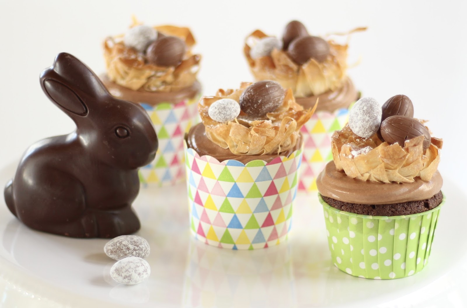 Traumhaft flauschige Cupcakes mit Schokoladenbuttercreme und Osternest aus Knusperteig - Video Rezept