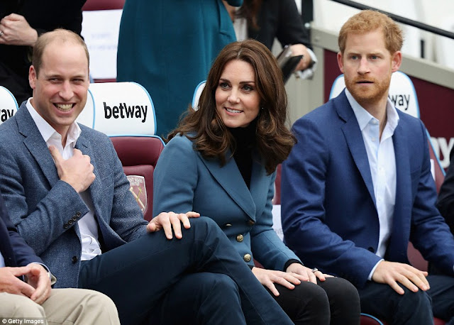 KATE, William i Harry odwiedzili Coach Core