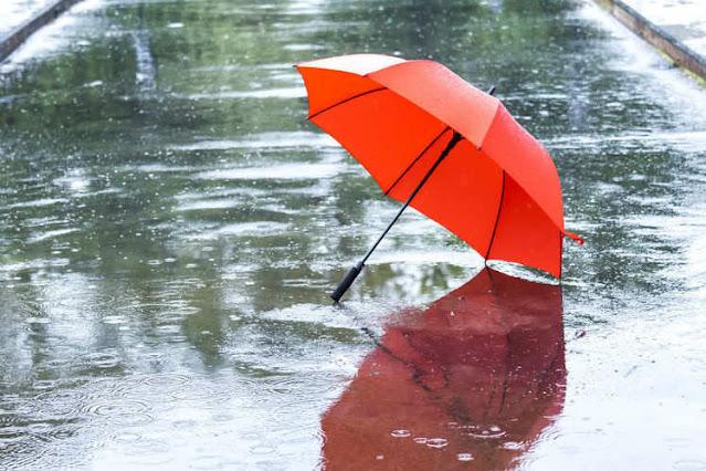 10 Perlengkapan Wisata di Musim Hujan Yang Harus Traveller Siapkan - Bawalah Payung
