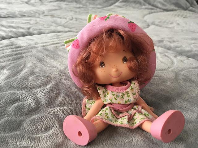 boneca moranguinho ajeitada e sentadinha