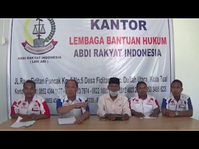 Pengacara LBH Ari Wahyu R Fakoubun SH.I., MH. (Paling Kiri), Lukman Matutu, Halik Roroa (tengah), Mefi Hanafi Rabrusun SH. MH dan Gasandi Renfan (Paling Kanan).