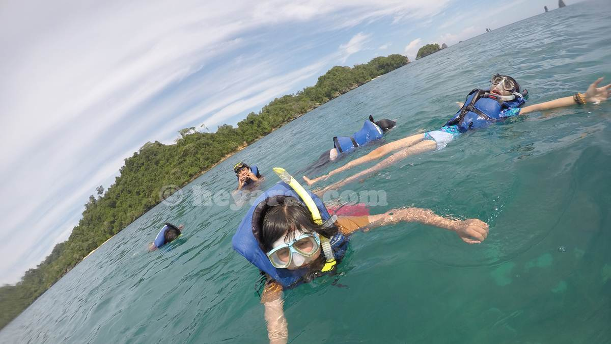 snorkeling pantai Tiga Warna