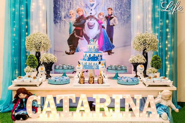 festa de aniversário infantil 1 ano realizada em casa por life eventos especiais com temática da frozen elsa e anna