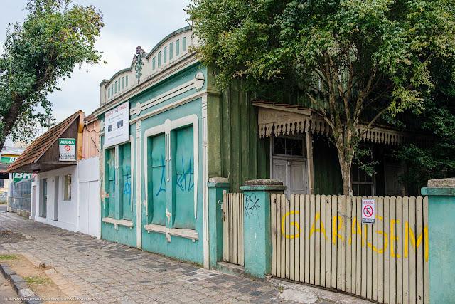 Fachada de Casa na Rua Mateus Leme com decoração floral na platibanda e lambrequim no alpendre